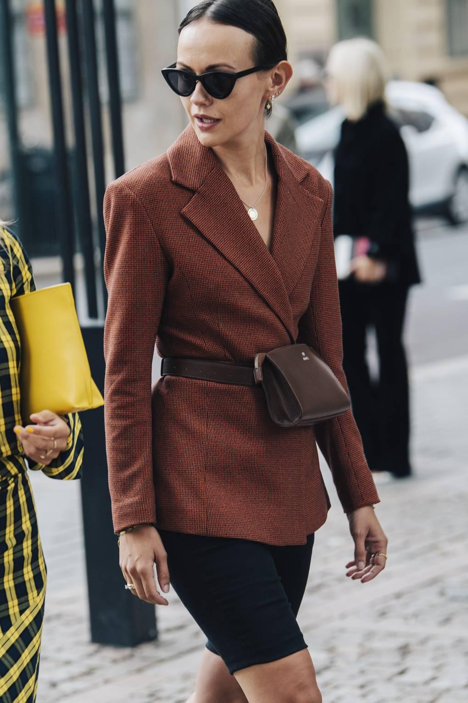 Quần shorts cùng blazer và belt bag theo phong cách smart casual