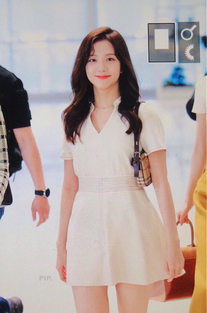 Nữ hoàng sân bay gọi tên BLACKPINK: Jennie khoe vòng 1 sexy quá trời đất, Rosé bùng nổ nhan sắc mặc ảnh chụp vội - Ảnh 13.