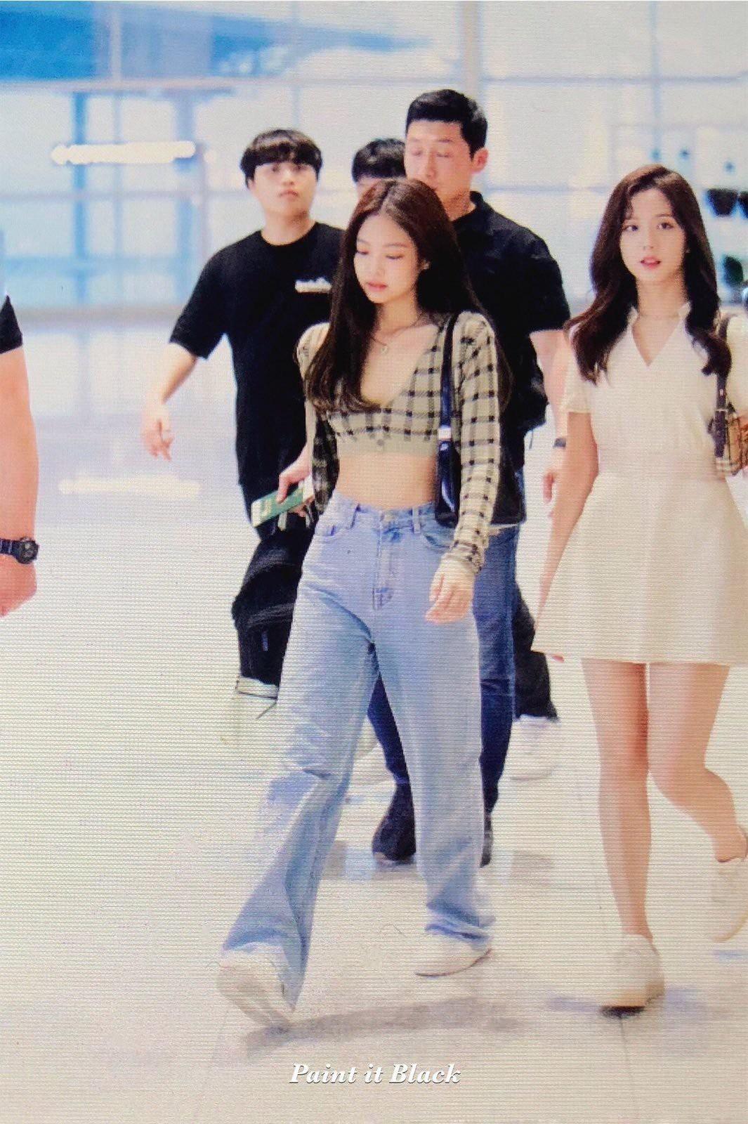 Nữ hoàng sân bay gọi tên BLACKPINK: Jennie khoe vòng 1 sexy quá trời đất, Rosé bùng nổ nhan sắc mặc ảnh chụp vội - Ảnh 1.