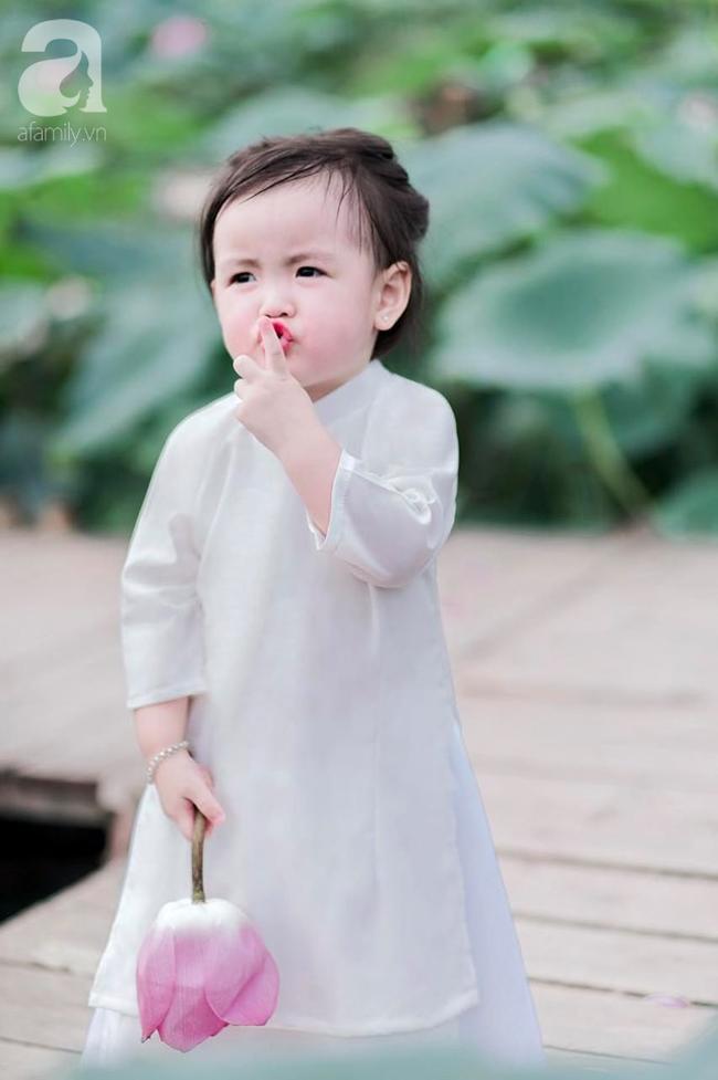 """""""Thiếu nữ má phính"""" 2 tuổi lại đốn tim các mẹ bỉm sữa với bộ ảnh xinh xắn đầy hương mùa hè, ngắm là thấy yêu - Ảnh 3."""