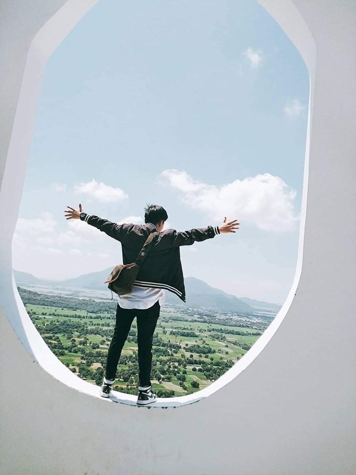 Há hốc mồm với xuất xứ của background sống ảo hình cửa sổ máy bay siêu to khổng lồ đang hot ở An Giang - Ảnh 2.
