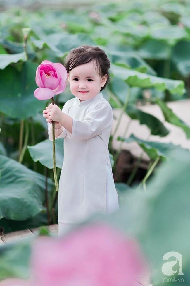 """""""Thiếu nữ má phính"""" 2 tuổi lại đốn tim các mẹ bỉm sữa với bộ ảnh xinh xắn đầy hương mùa hè, ngắm là thấy yêu - Ảnh 5."""