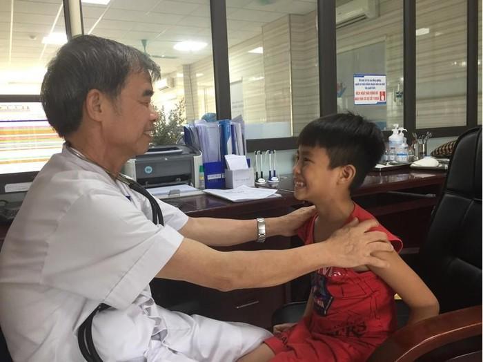 Bố mẹ bật điều hòa sai cách, bé trai bị liệt mặt, méo miệng