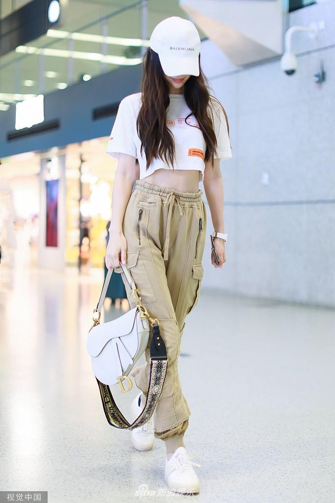 Không thể thua Dương Mịch, Angela Baby lần đầu diện croptop tại sân bay, chính thức nhảy vào cuộc đua khoe eo thon - Ảnh 4.