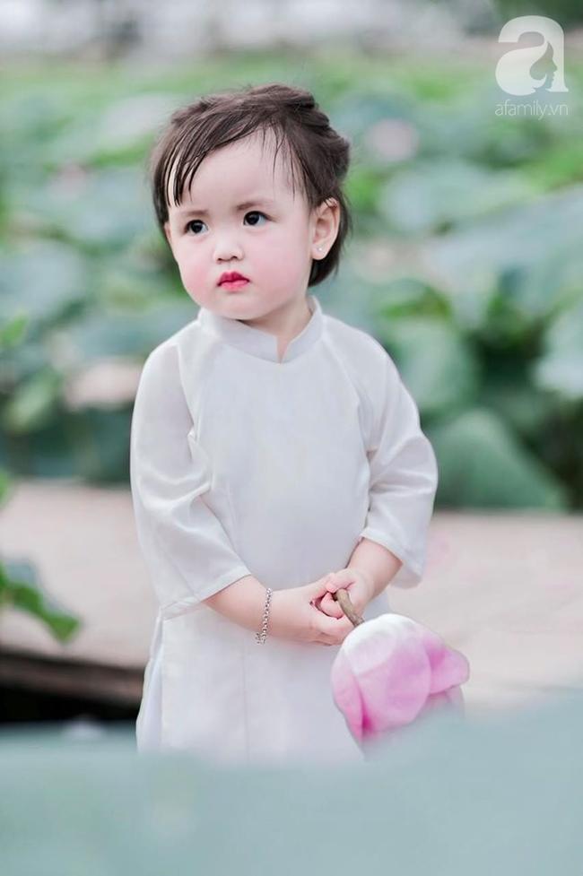 """""""Thiếu nữ má phính"""" 2 tuổi lại đốn tim các mẹ bỉm sữa với bộ ảnh xinh xắn đầy hương mùa hè, ngắm là thấy yêu - Ảnh 4."""