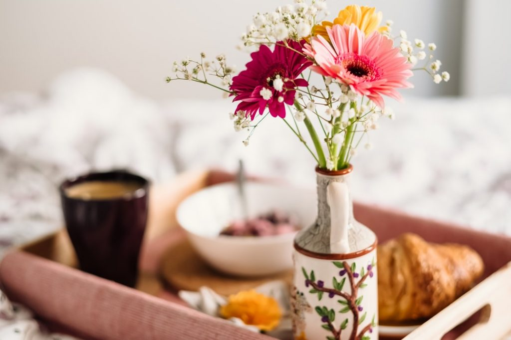 bữa sáng và bình hoa
