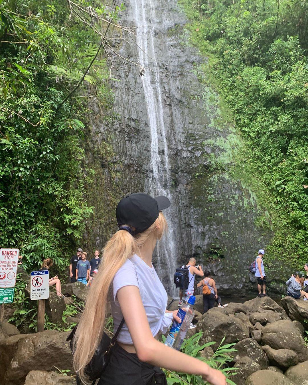 Dù YG có giữ bí mật tới mức nào thì lịch trình ở Hawaii của BLACKPINK vẫn được tiết lộ gần như toàn bộ bởi cô nàng này - Ảnh 14.