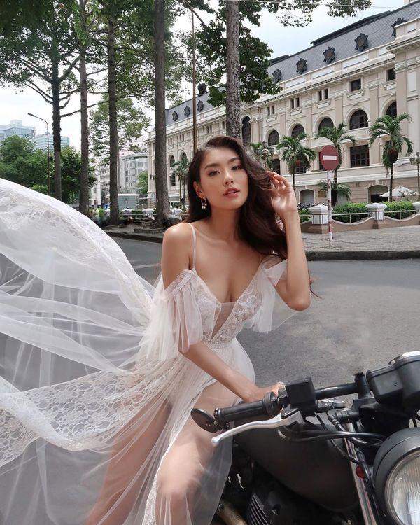 Sĩ Thanh Lê mang lại cảm giác khác lạ khi chọn váy voan nữ tính, mềm mại và pose dáng cùng moto.