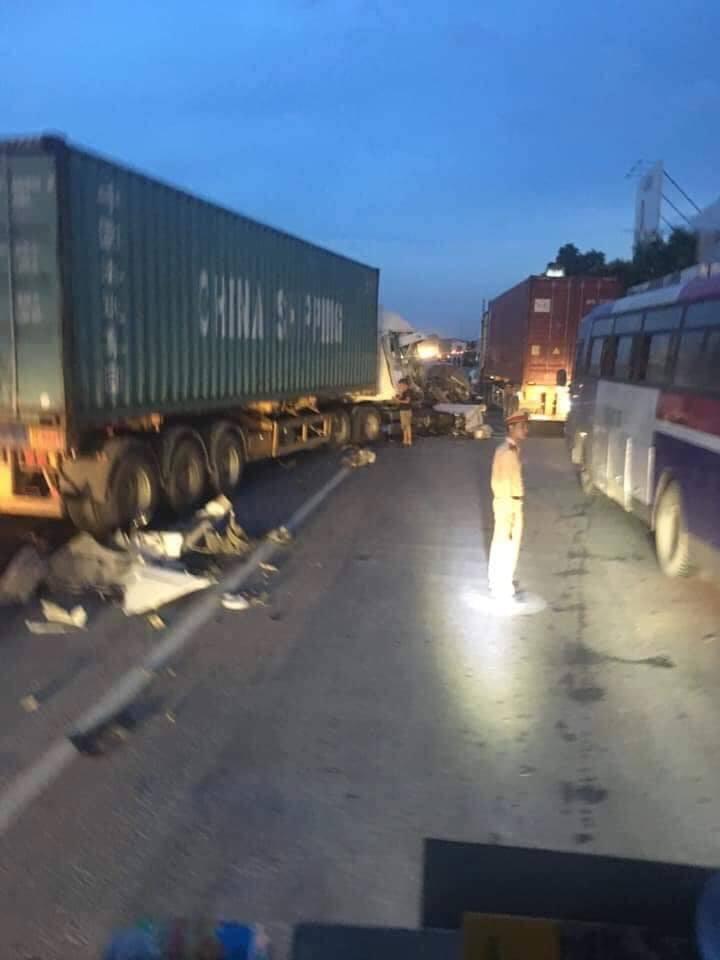 Hải Dương: Lại xảy ra tai nạn trên Quốc lộ 5, ùn tắc kéo dài hàng giờ - Ảnh 1.
