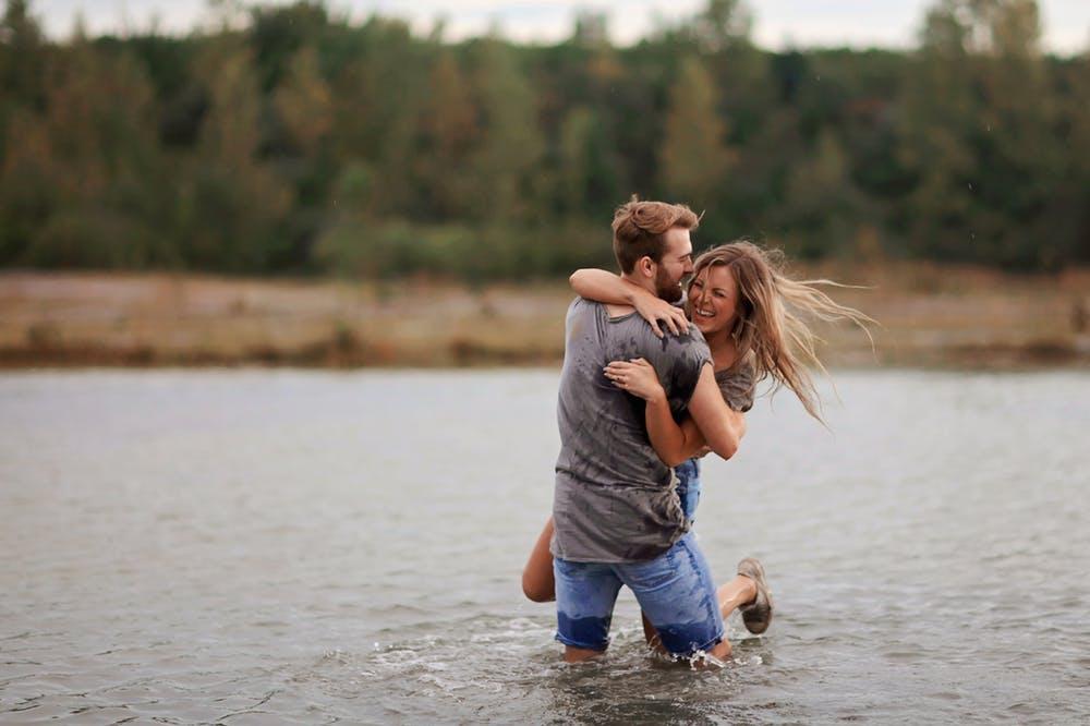 cặp đôi ôm nhau dưới hồ