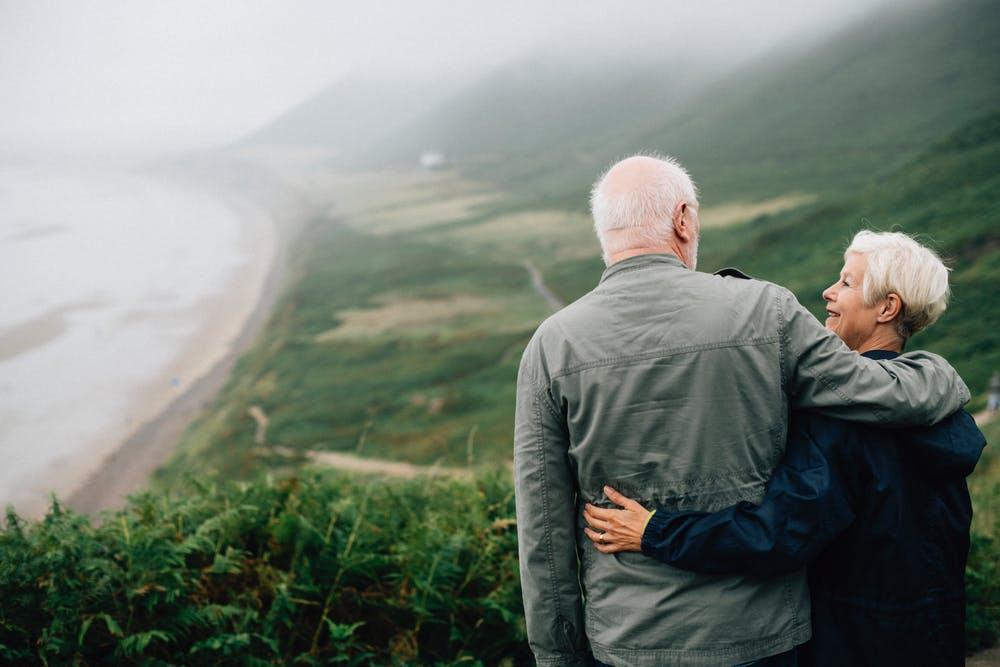 cặp đôi già ôm nhau