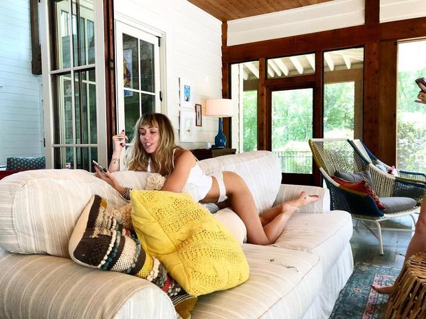 Miley Cyrus diện bikini khoe body 0% mỡ thừa nhưng vẫn cực nóng bỏng, đôi chân dài miên man quá hút mắt người nhìn - Ảnh 4.
