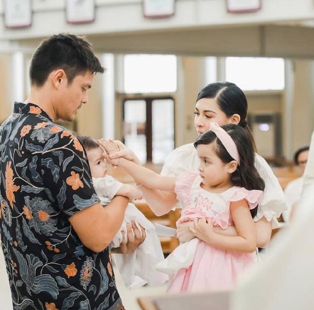 Lễ rửa tội quý tử của Mỹ nhân đẹp nhất Philippines: Nhà 4 người đều đẹp đỉnh cao, con trai ngày càng trổ nét lai như mẹ - Ảnh 9.