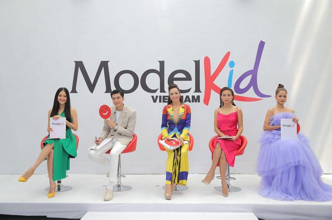 Model Kid: Giám khảo liên tục khó chịu khi thấy thí sinh nhí trang điểm đậm, ăn mặc hở - Ảnh 1.
