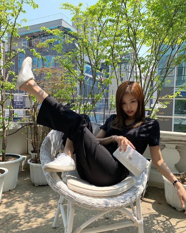 Muôn kiểu tạo dáng độc lạ của Jennie khi đi du lịch, ai còn đang bế tắc lúc chụp ảnh thì thử xem sao - Ảnh 7.