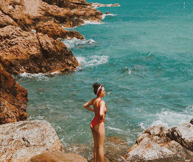 Đi biển nhưng sợ thảm cảnh chụp ảnh sến như bìa lịch? Học ngay cẩm nang pose dáng của Hà Trúc để mặn mòi từ da dẻ nhé! - Ảnh 8.