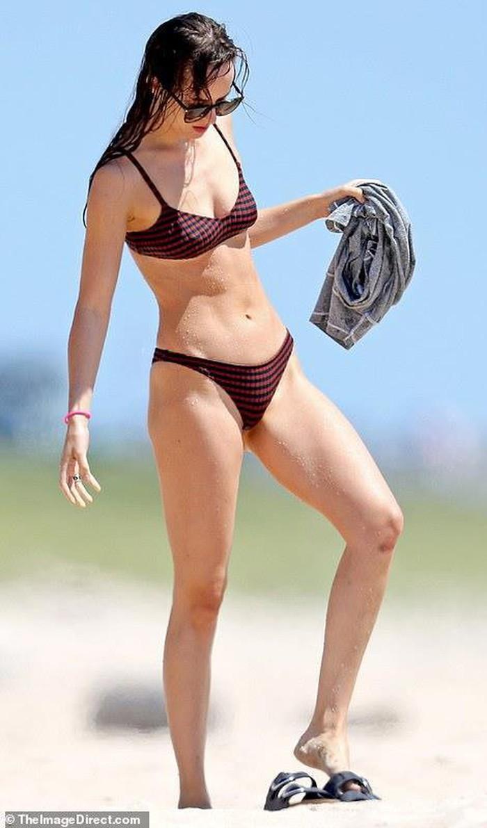 Sao nữ '50 sắc thái' mặc bikini, khoe dáng nóng bỏng trên biển