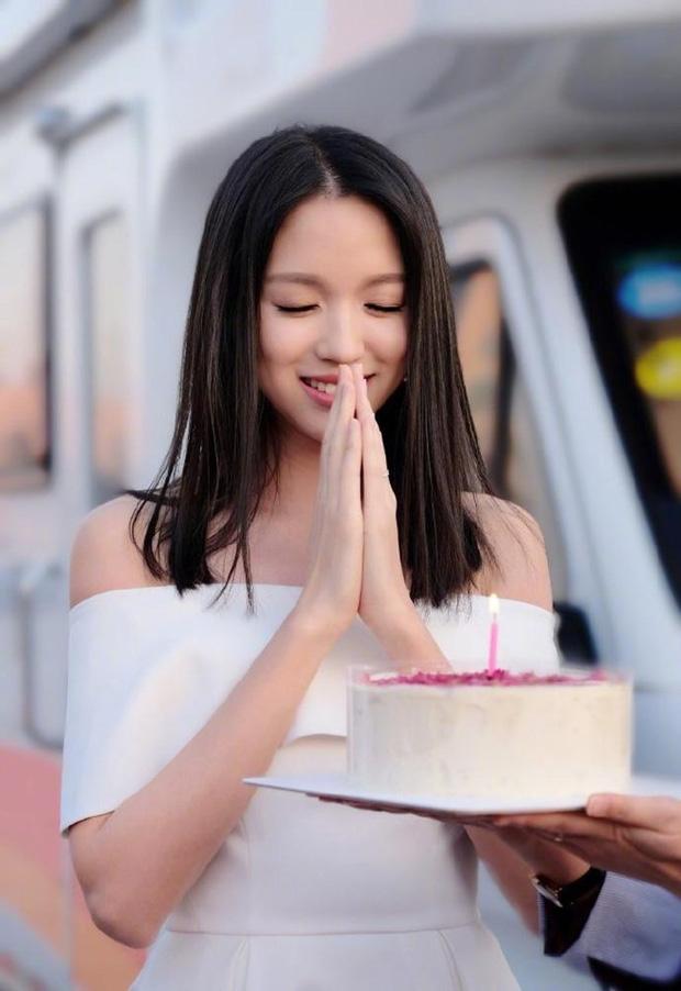 Lâu lâu mới xuất hiện, Hoa hậu Thế giới Trương Tử Lâm khiến người hâm mộ hoang mang vì đôi chân gầy tong teo phát sợ - Ảnh 4.