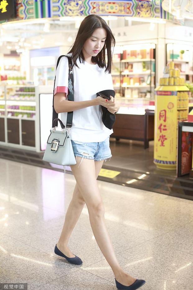 Lâu lâu mới xuất hiện, Hoa hậu Thế giới Trương Tử Lâm khiến người hâm mộ hoang mang vì đôi chân gầy tong teo phát sợ - Ảnh 3.