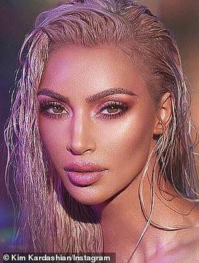 Kim Kardashian trẻ trung, váy ngắn tôn đường cong bốc lửa