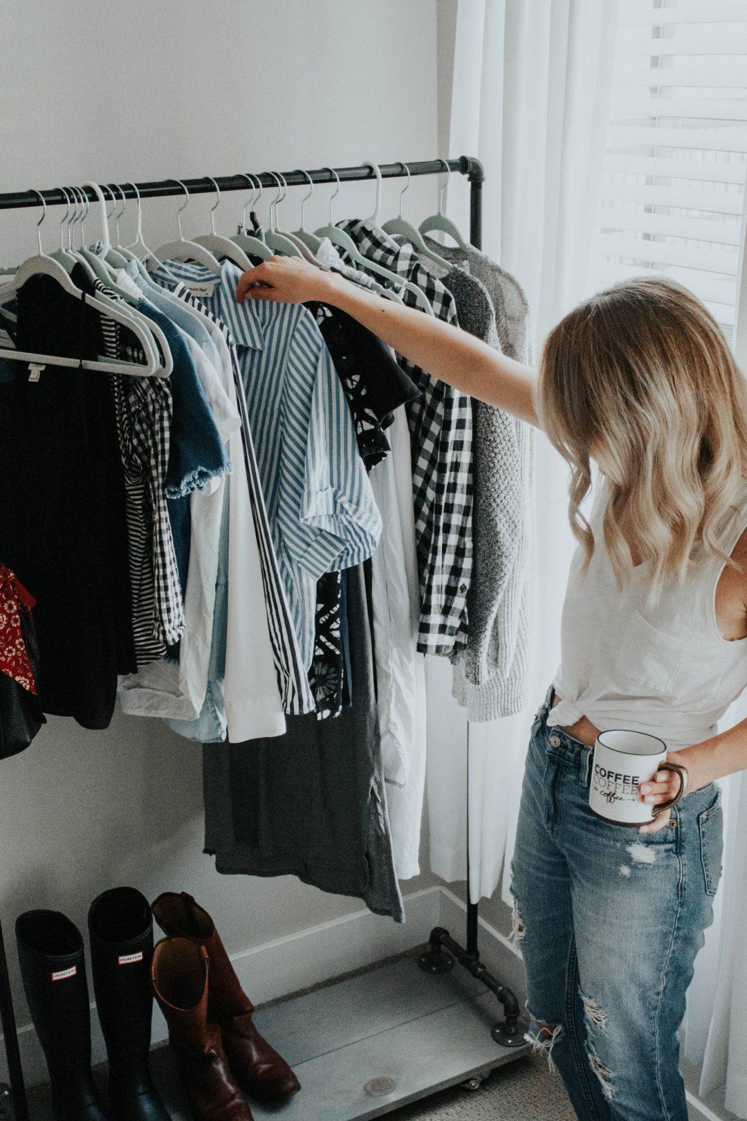 cô gái đứng lựa quần áo
