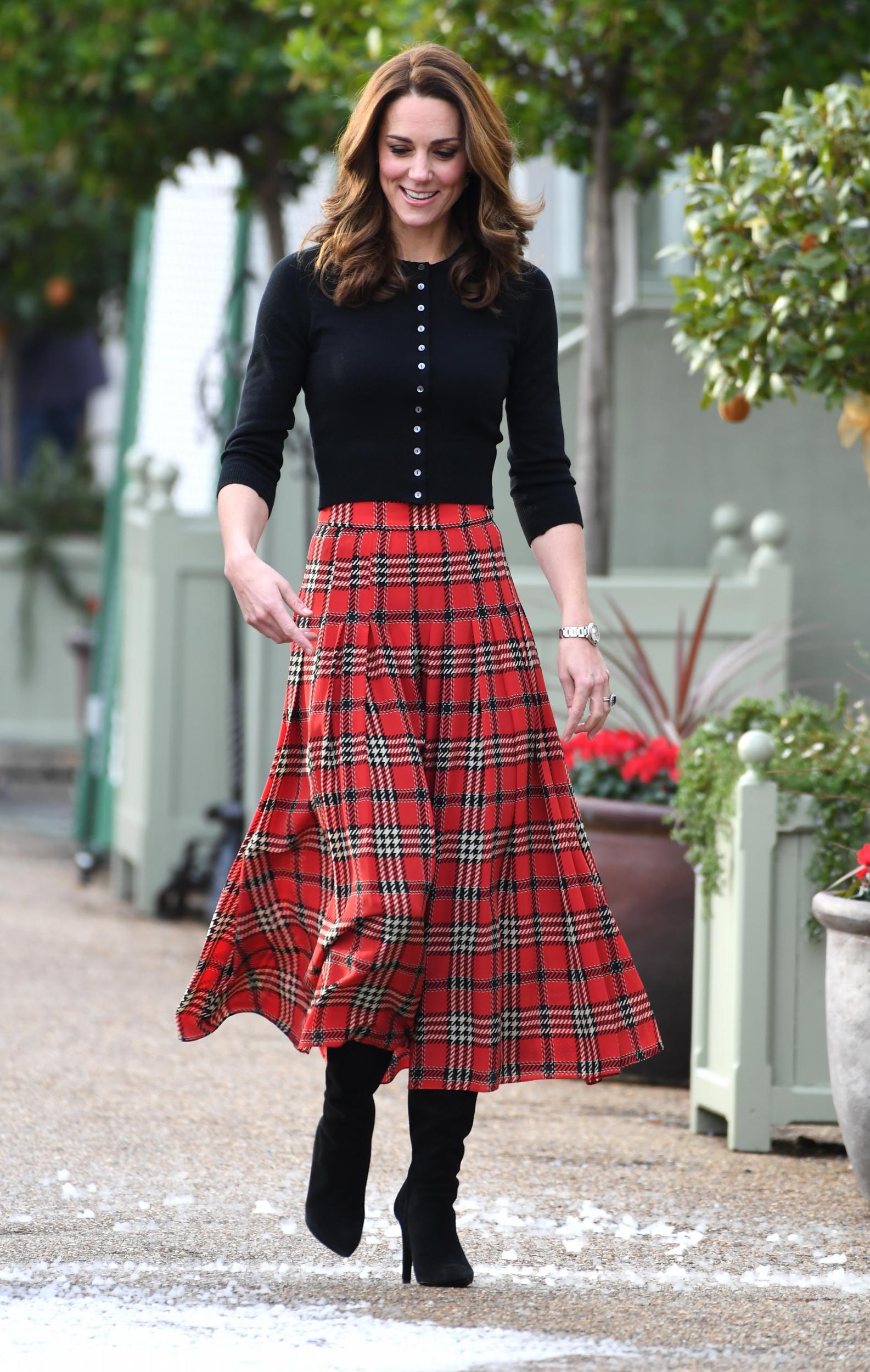 phong cách thời trang công nương kate - chân váy kẻ ô và áo thun đen
