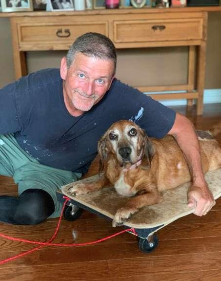 Chủ nhân tự tay đóng xe kéo cho chú chó cưng bị viêm khớp để nó không cảm thấy bị bỏ lại phía sau