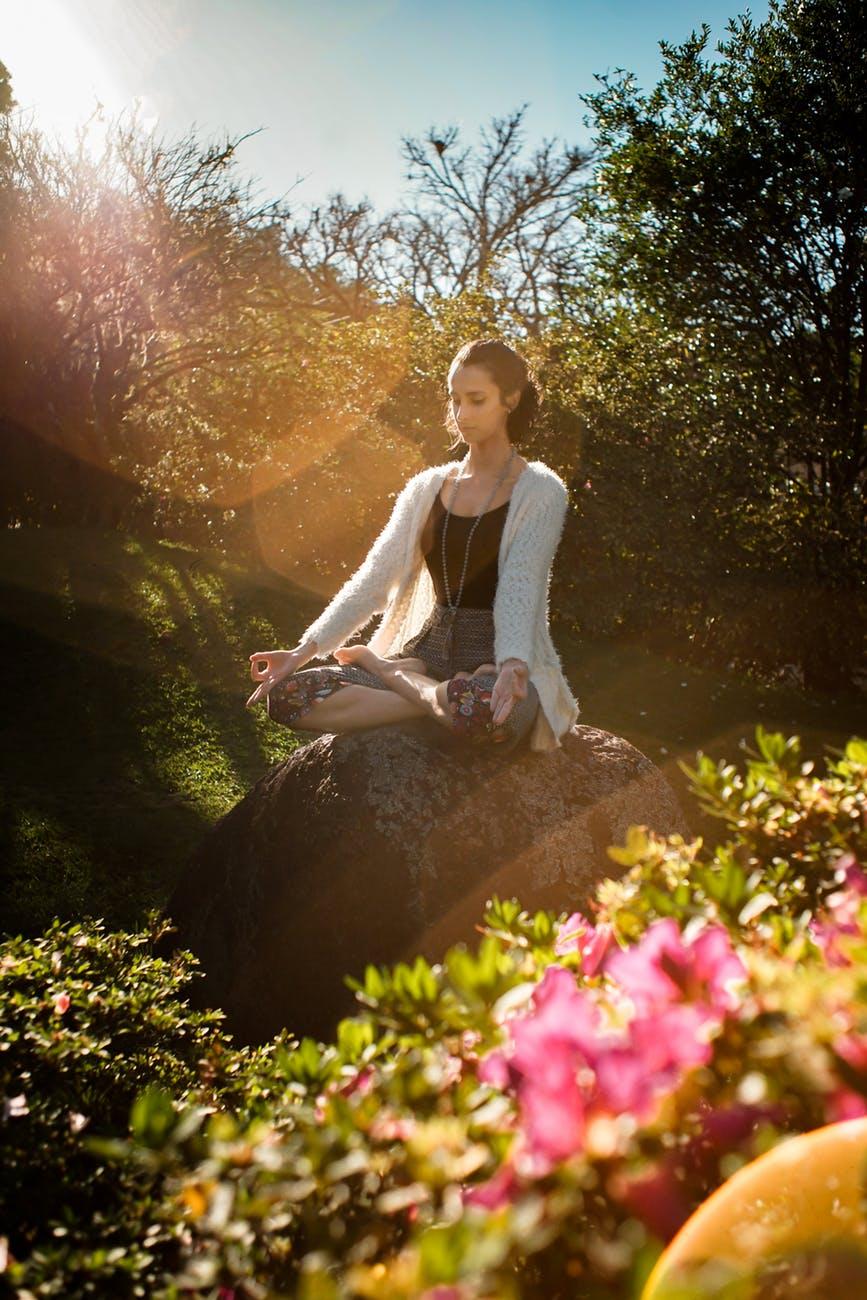 cô gái ngồi tập yoga