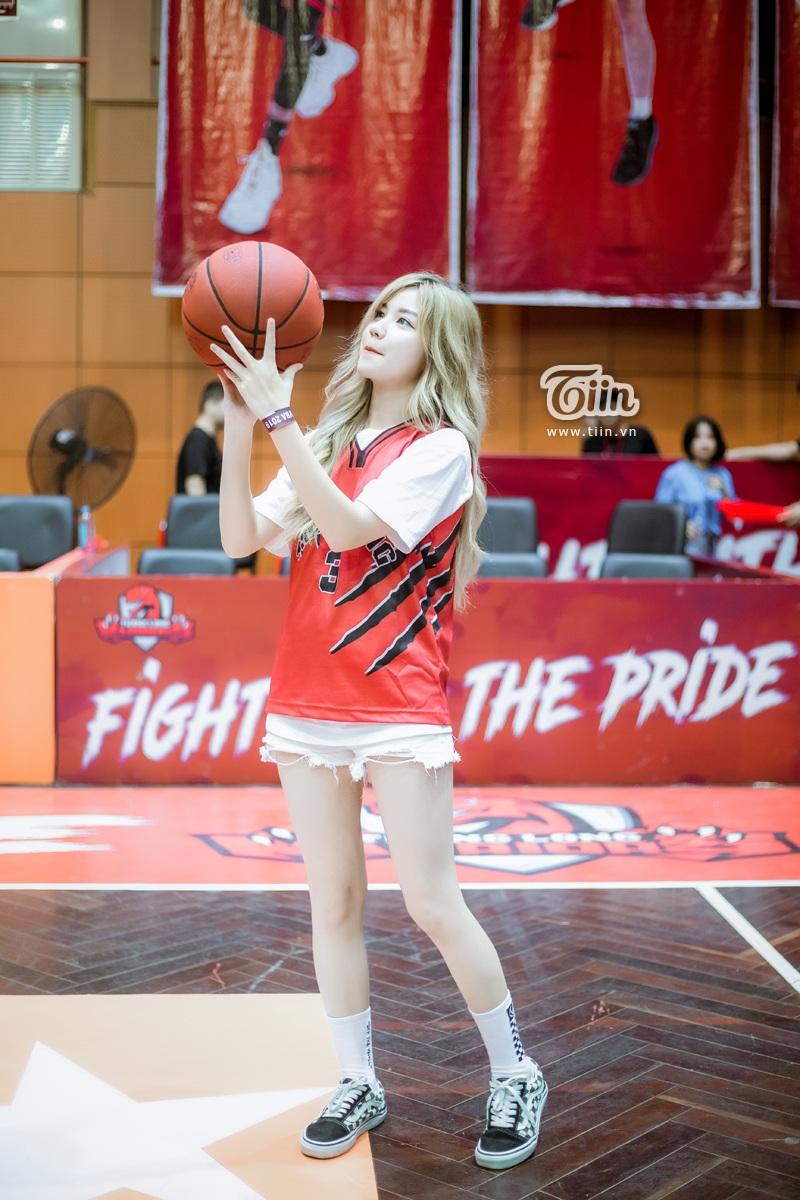 Hotgirl An Japan xinh đẹp thu hút mọi ánh nhìn khi đến sân cổ vũ Thang Long Warriors 3