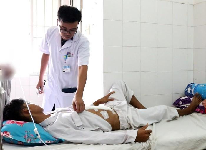 Nam thanh niên được cứu sống thần kỳ sau khi tông đuôi ô tô vỡ tá tràng