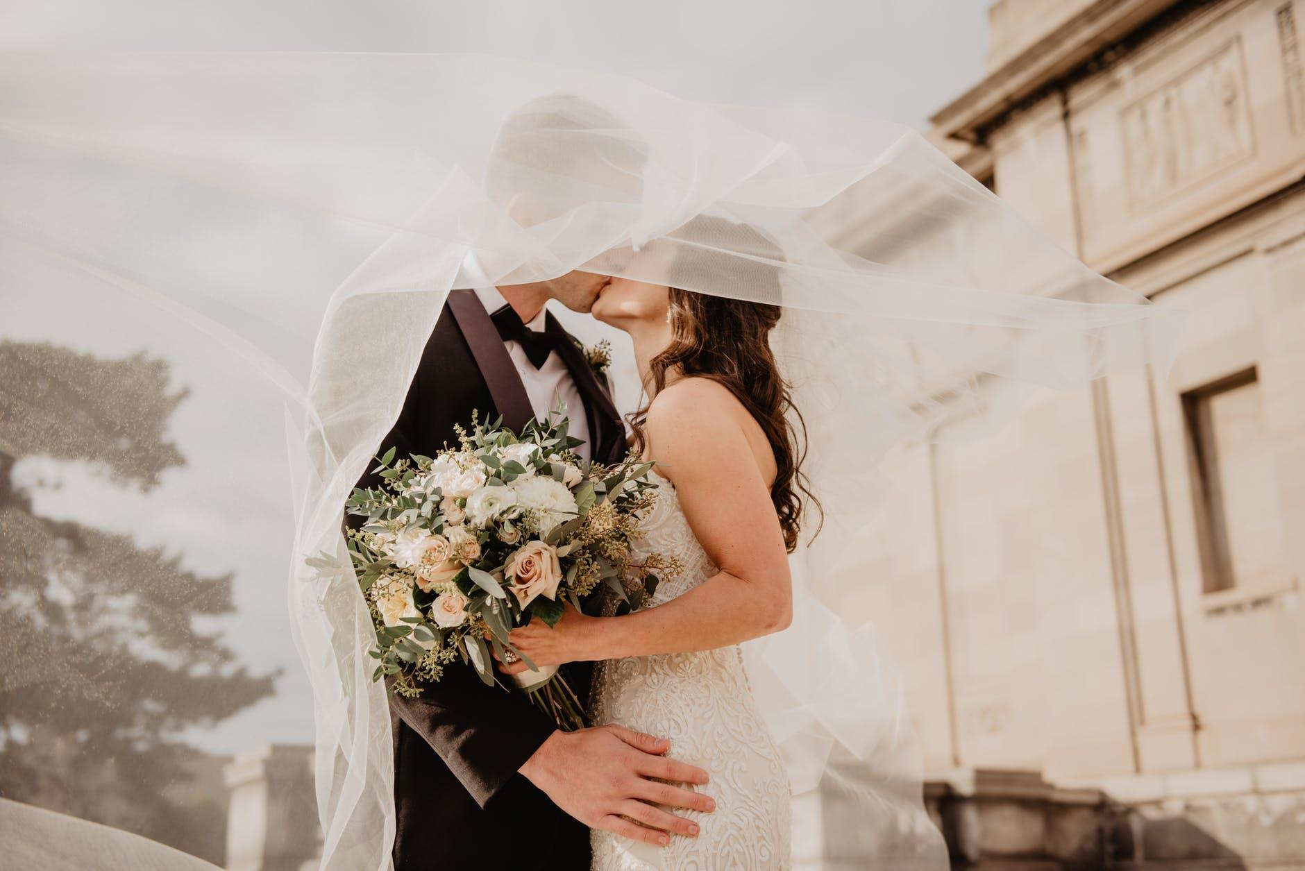 cô dâu chú rể đang hôn nhau
