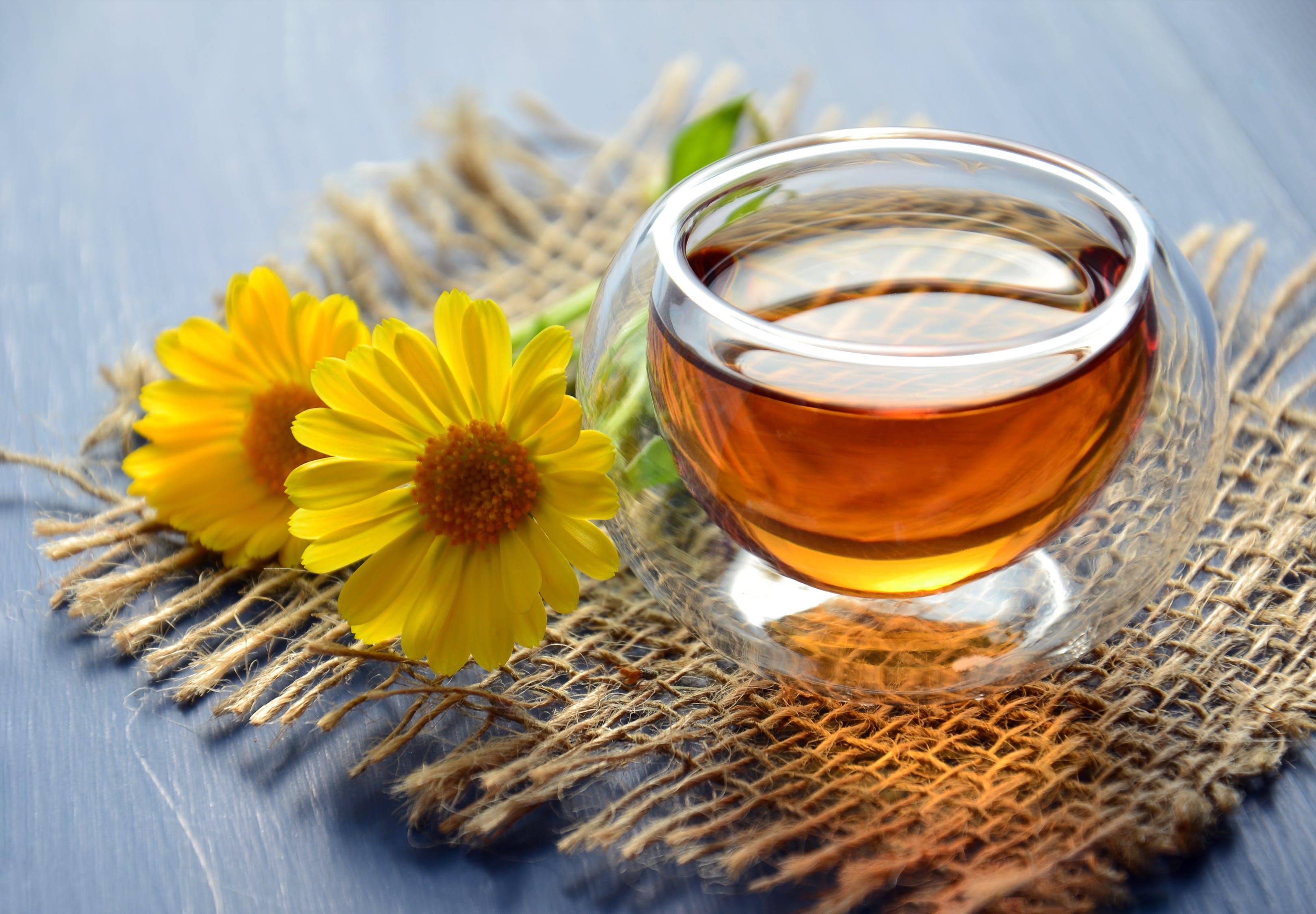 ly trà xanh có hai bông hoa