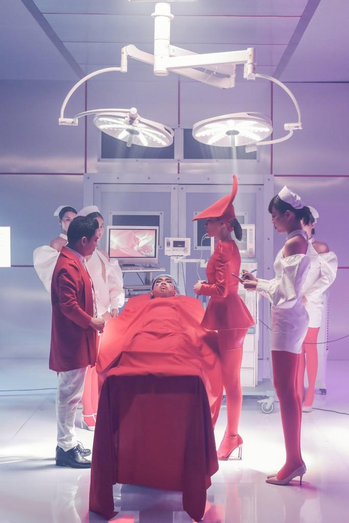 Bác sĩ Chiêm Quốc Thái bất ngờ xuất hiện trong MV của Hồ Ngọc Hà - Ảnh 2.