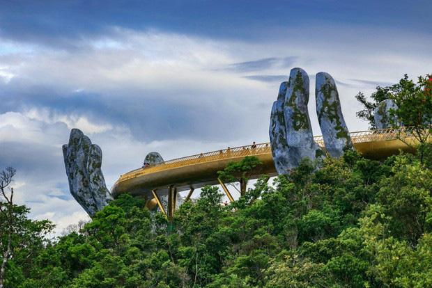 Cây cầu mới khai trương tại Trung Quốc trông y chang Cầu Vàng Việt Nam - Ảnh 2.