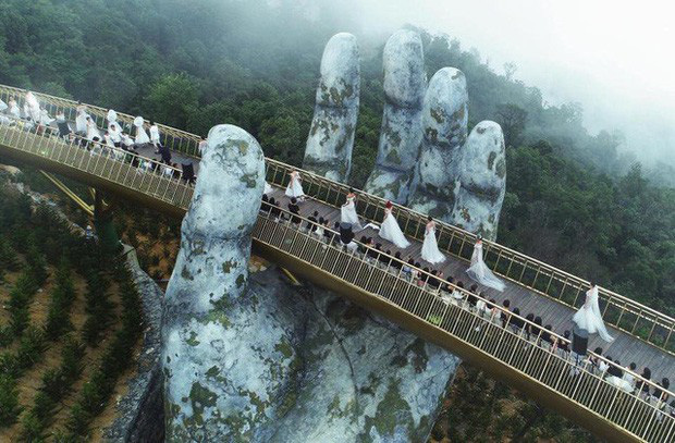 Cây cầu mới khai trương tại Trung Quốc trông y chang Cầu Vàng Việt Nam - Ảnh 1.
