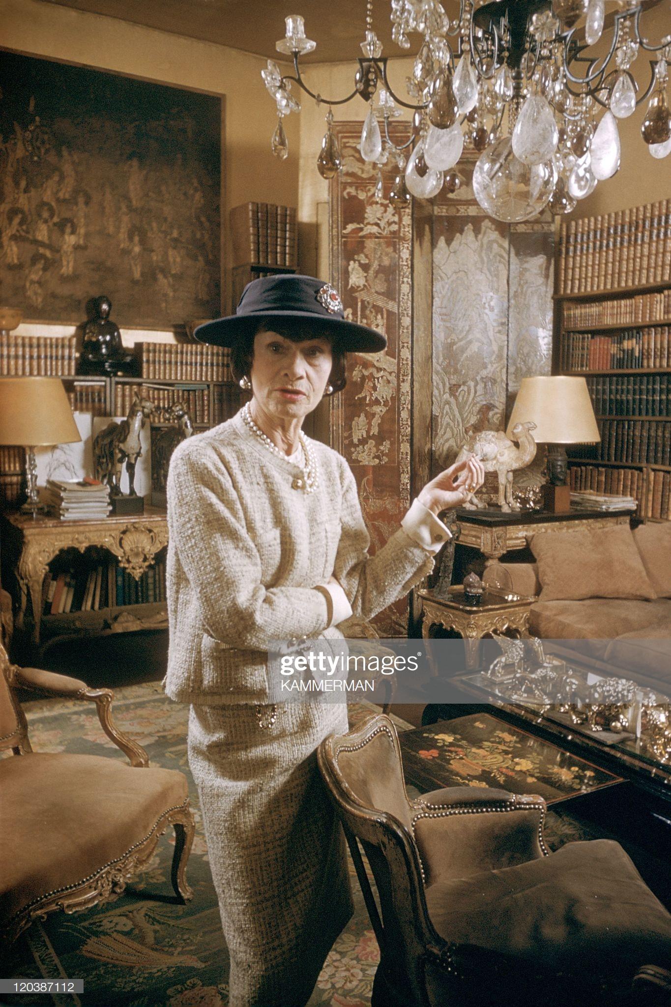 chân dung nhà thiết kế coco chanel mặc đầm tweed và vòng cổ ngọc trai