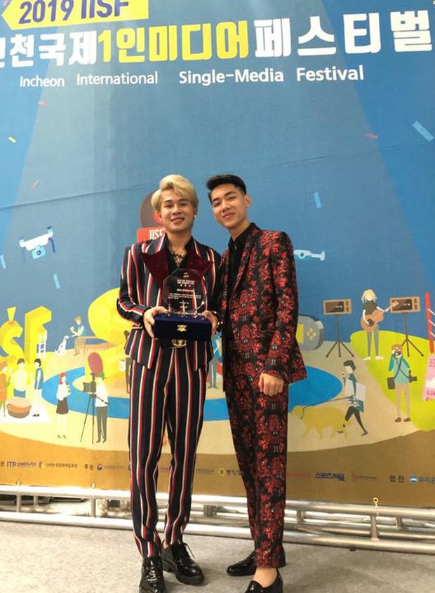 Độc quyền: Không chỉ trên sân khấu, Jack và K-ICM bình thường cũng liên tục diện đồ đôi, có nhiều cử chỉ cực thân thiết tại Hàn Quốc - Ảnh 8.