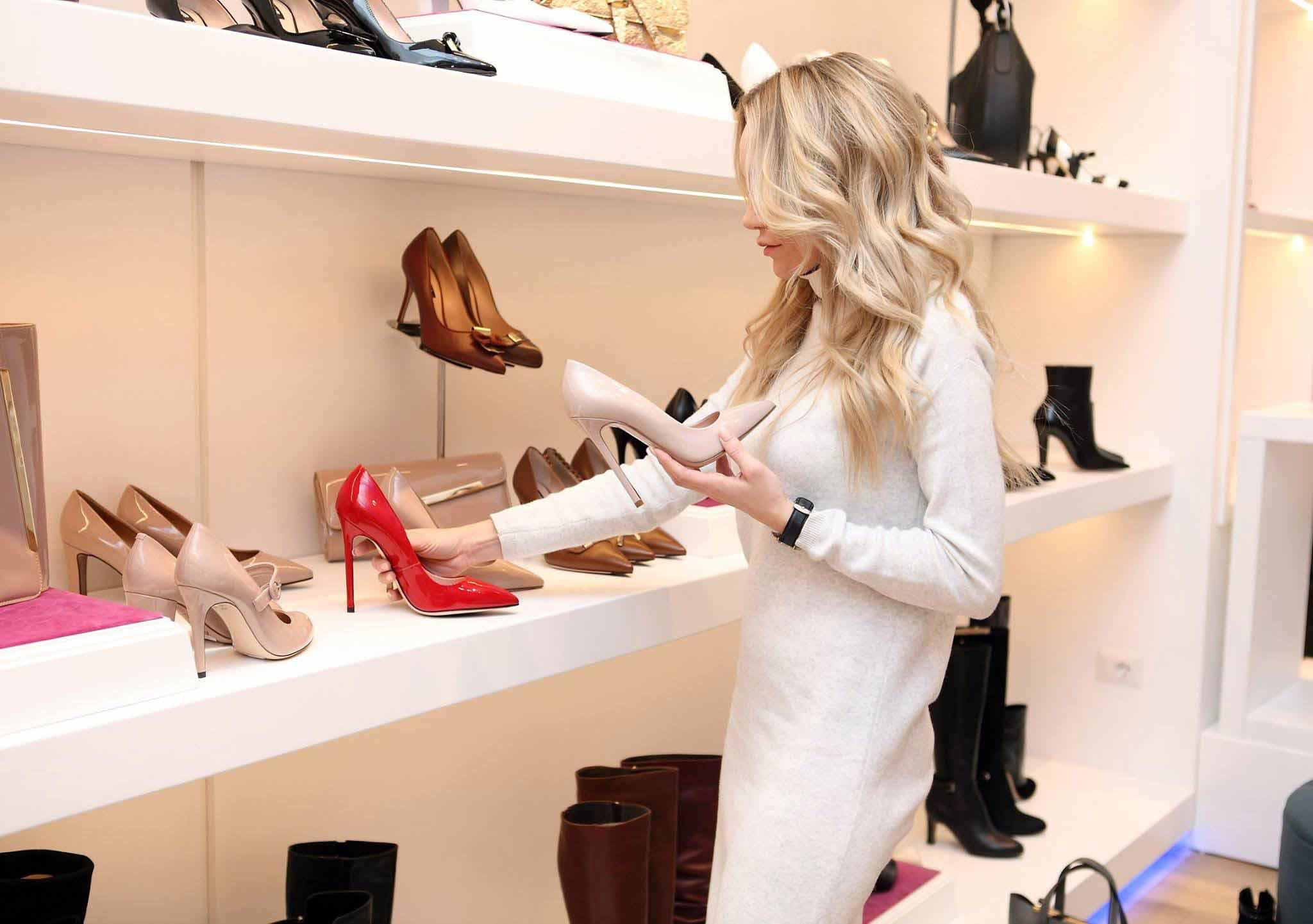 cô gái mua giày