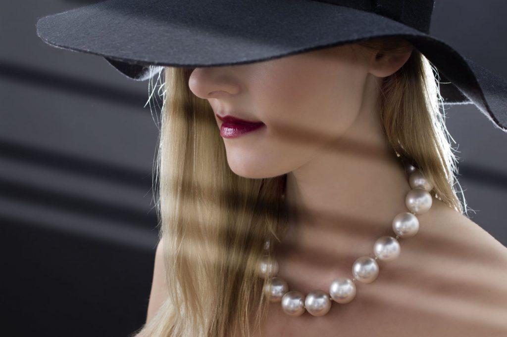 người phụ nữ đeo chuỗi ngọc trai