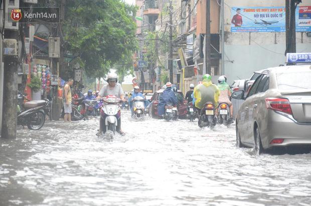 Hà Nội: Nhiều tuyến phố ngập sâu sau mưa lớn, người dân vất vả di chuyển, đẩy xe chết máy cả cây số - Ảnh 4.