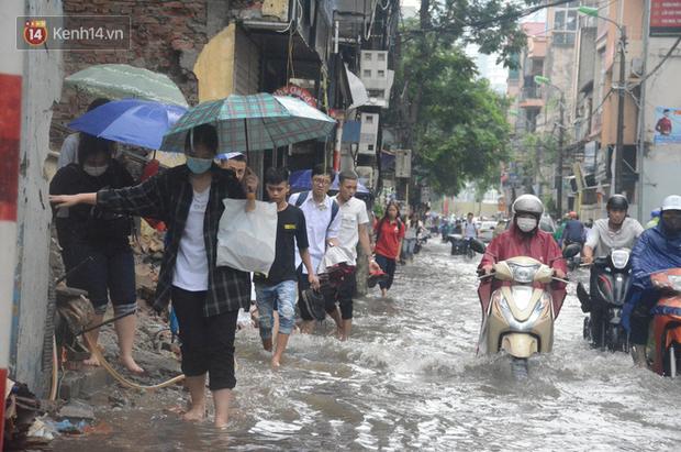 Hà Nội: Nhiều tuyến phố ngập sâu sau mưa lớn, người dân vất vả di chuyển, đẩy xe chết máy cả cây số - Ảnh 11.