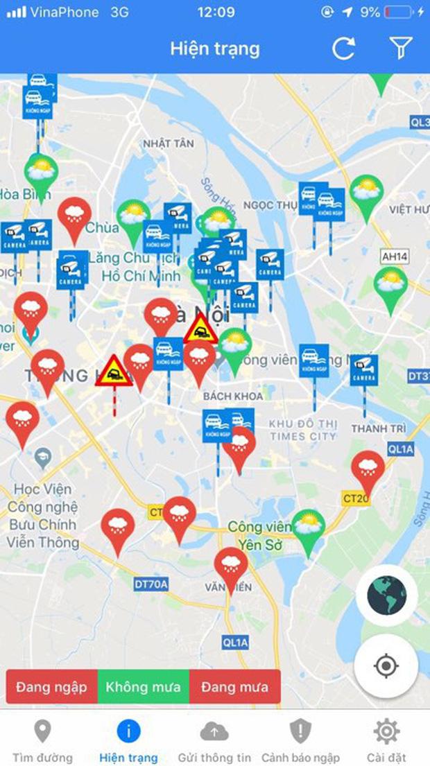 Hà Nội: Nhiều tuyến phố ngập sâu sau mưa lớn, người dân vất vả di chuyển, đẩy xe chết máy cả cây số - Ảnh 2.