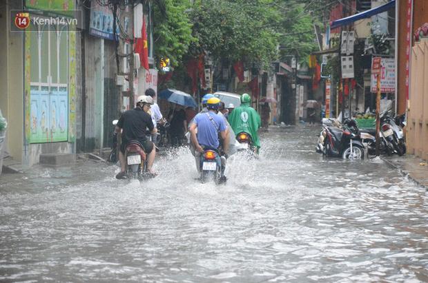 Hà Nội: Nhiều tuyến phố ngập sâu sau mưa lớn, người dân vất vả di chuyển, đẩy xe chết máy cả cây số - Ảnh 5.