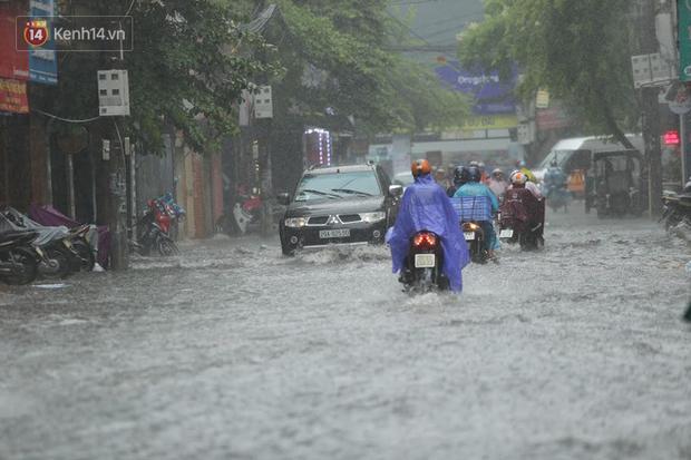 Hà Nội: Nhiều tuyến phố ngập sâu sau mưa lớn, người dân vất vả di chuyển, đẩy xe chết máy cả cây số - Ảnh 1.
