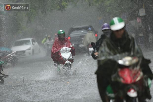 Hà Nội: Nhiều tuyến phố ngập sâu sau mưa lớn, người dân vất vả di chuyển, đẩy xe chết máy cả cây số - Ảnh 3.