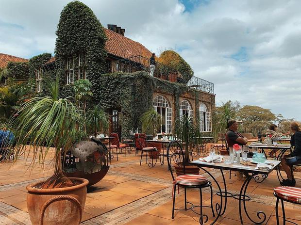 """Khách sạn nổi tiếng nhất châu Phi vì cho du khách ăn sáng cùng hươu cao cổ: Dễ thương thật, nhưng cái giá thì """"chát"""" quá! - Ảnh 3."""