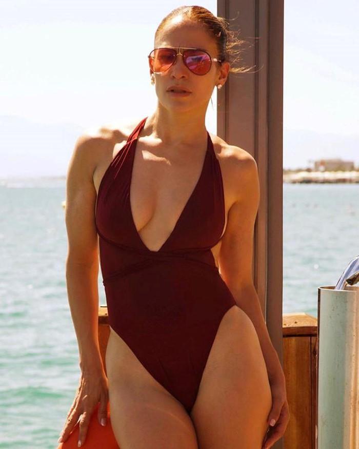 Jennifer Lopez thường xuyên khoe bụng 6 múi ở tuổi 50