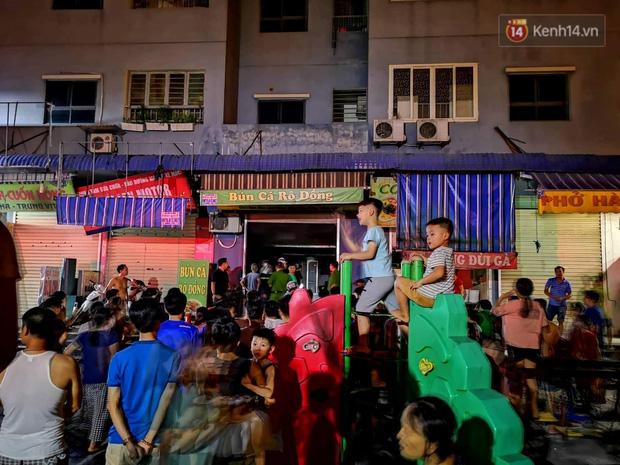 Cháy kiot chân toà nhà, hàng trăm người dân chung cư Kim Văn - Kim Lũ hoảng hốt tháo chạy - Ảnh 4.