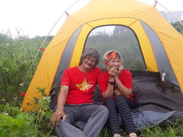 Ngưỡng mộ tình yêu đẹp của vợ chồng phượt thủ U70 và lời hứa 'cùng nhau đi hết Việt Nam' - Ảnh 1.