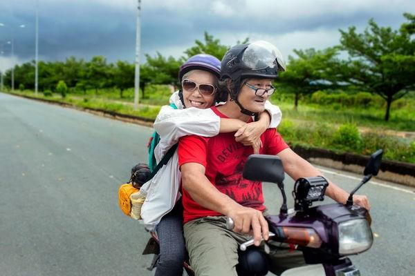 Ngưỡng mộ tình yêu đẹp của vợ chồng phượt thủ U70 và lời hứa 'cùng nhau đi hết Việt Nam' - Ảnh 2.
